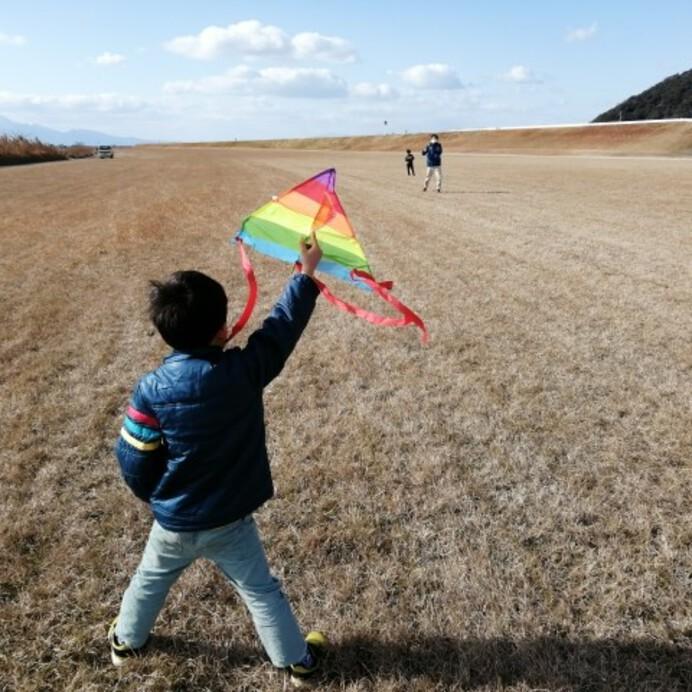 【子供と楽しみたいお正月遊び10選】遊びの由来やお正月を楽しめる絵本も紹介
