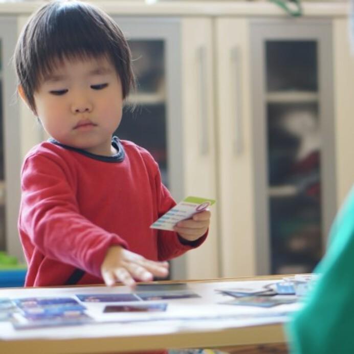 【保育士が提案】乳幼児〜小学生向けの家の中の遊びアイデア21選!グッズやゲームも紹介